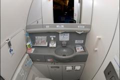 Туалет экономического класса Boeing 777-300 Трансаэро