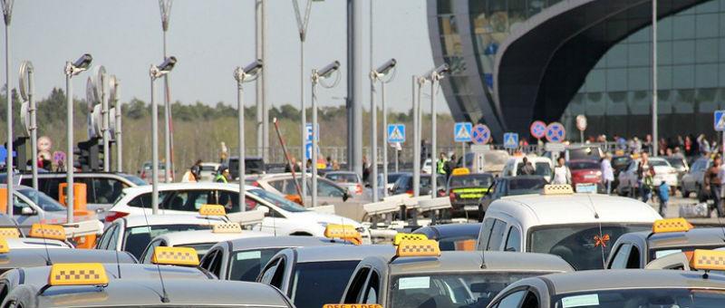 В Толмачево борются с нелегальными таксистами
