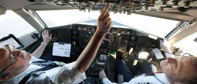 В Австралии ввели «правило 2-х человек в кабине самолета»