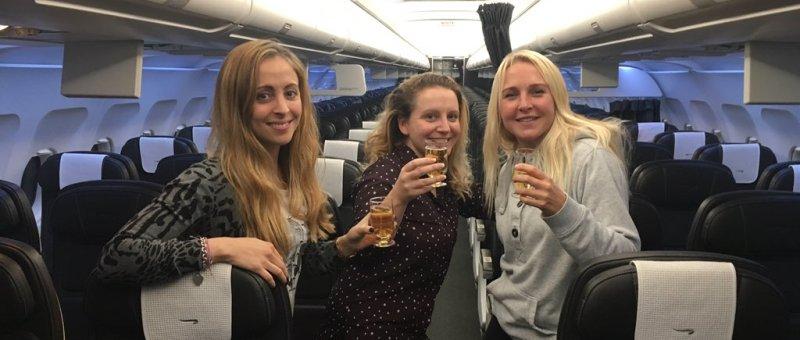 Трех пассажирок рейса Гибралтар — Лондон пересадили в бизнес, угостили обедом и шампанским