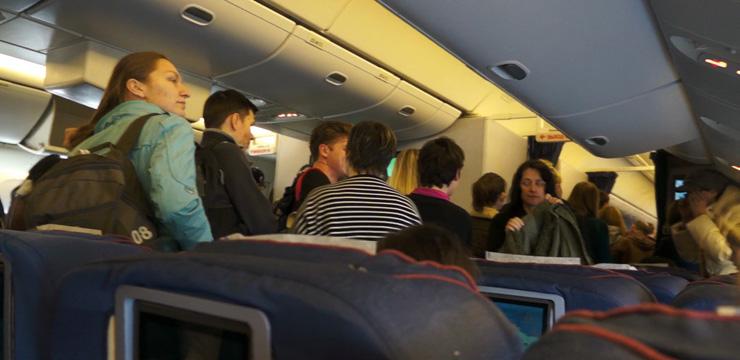 пассажиры стоят в проходе