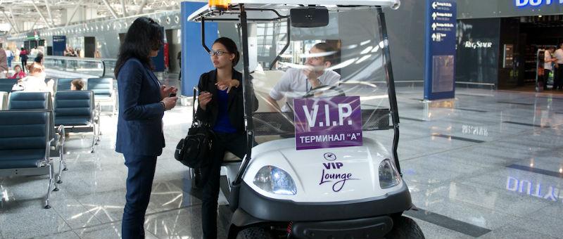 Во Внуково пассажиров катают на электромобиле